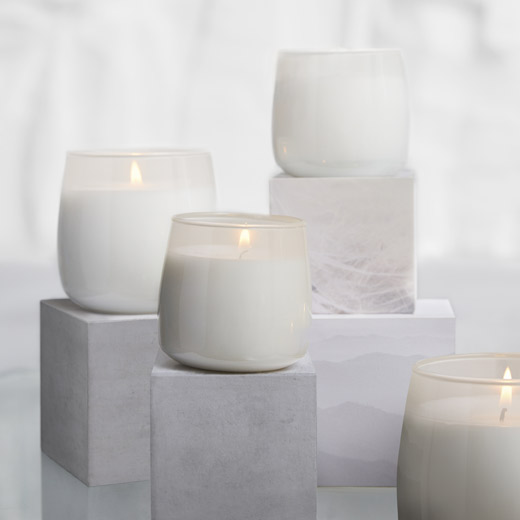 With IKEA FRISKHET scented candles in glass you can refresh the air with the fragrance of fluffy towels and sandalwood/vanilla satin. The candle is packaged in a decorative box, perfect to give as a present.