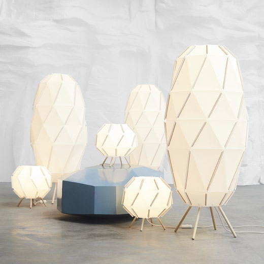 The IKEA SJÖPENNA floor and table lamps are made of plastic panels connected through elastic bands, legs of blonde wood and with a cord in textile. The lamps are made in a voluminous shape that breathes of modern Scandinavian design.