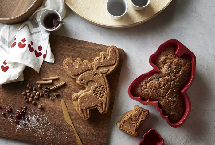 BAKGLAD holiday baking mould with moose and bear shaped cakes, displayed together on cutting board, for holiday baking.