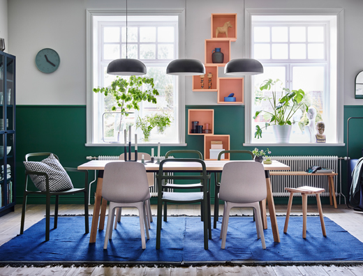 Mix and match the stackable YPPERLIG chair in green with the YPPERLIG stool in beech and ODGER chair in white/beige for a relaxed dining setting. Green and white walls add to the ambience.
