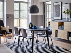 The quick to assemble LISABO table and SVENBERTIL chairs in black make an elegant combination in the centre of a room with half grey, half white walls and open and closed storage in ash.