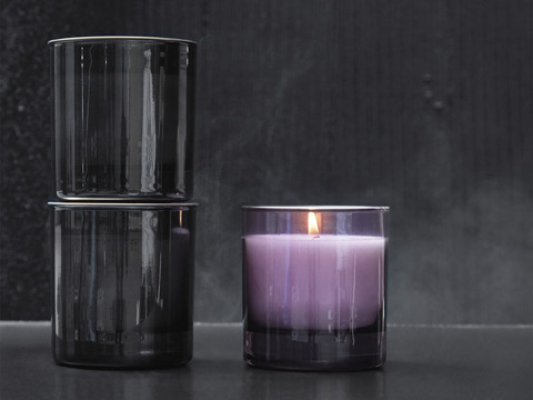 Create a spa feeling with IKEA NJUTNING scented candles in a glass cup with a lid. Choose from a warm and balanced scent of lavender, honey and wood or a spicy scent of bergamot and tea with warm milk.