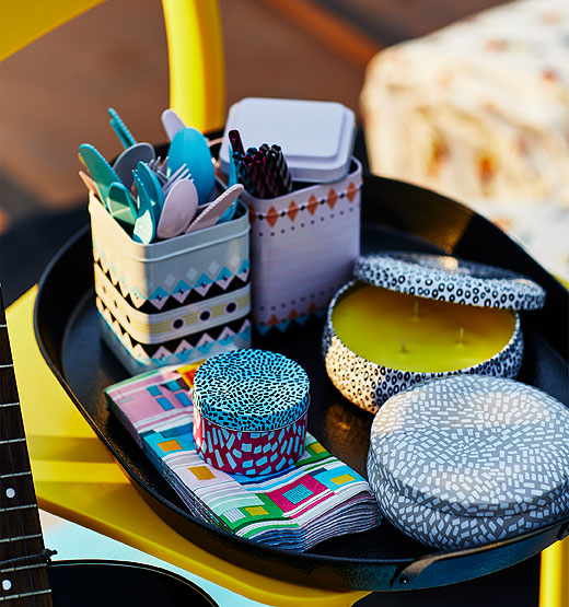 Your guests will appreciate the small details of your summer party! The decorative SOMMAR tin with lid is perfect for displaying utensils, straws or snacks. Add the SOMMAR scented candles in a metal tin, along with multi-coloured paper napkins.
