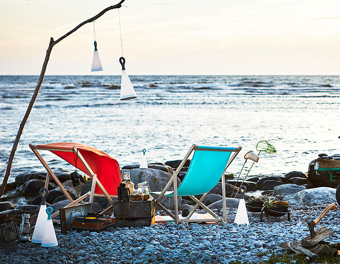 Cuddle up by the sea with the IKEA Summer Collection 2018. All you need are these handy SOLVINDEN LED solar-powered lamps, the colourful SOMMAR 2018 picnic hamper basket, and foldable turquoise MYSINGSÖ beach chairs. And of course, your special someone.