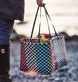 Every spontaneous beach outing needs a colourful basket. The SOMMAR 2018 picnic hamper is perfect for snacks, lunch, extra towels and sunscreen. It is a must-have accessory for camping, barbecues or any outdoor adventure.