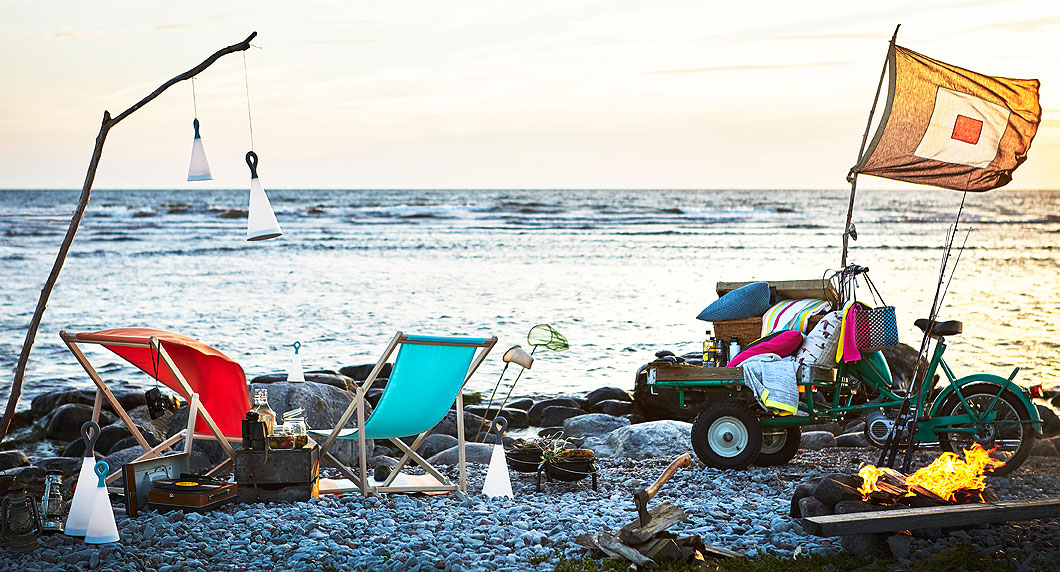 This summer, cuddle up by the sea and watch the sunset. All you need are foldable turquoise MYSINGSÖ beach chairs, these handy SOLVINDEN LED solar-powered lamps, and the colourful SOMMAR 2018 picnic hamper basket. And of course, your special someone.