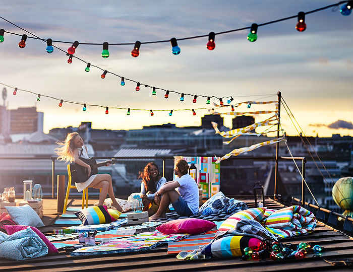 Throw your own spontaneous rooftop gathering. String up these fun multicoloured SOLVINDEN light chains and show off your summery pink SOMMAR 2018 quilt cover and pillow cases. What else do you need besides good company, string lights and warm blankets?