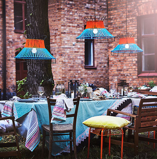 Host a neighbourhood cookout to remember! The modern, orange and blue SOLVINDEN LED pendant lamps are decorative and unique. They make a colourful addition to your outdoor décor. Add a splash of patterns and colours with the SOMMAR tea towels and tablecloth.