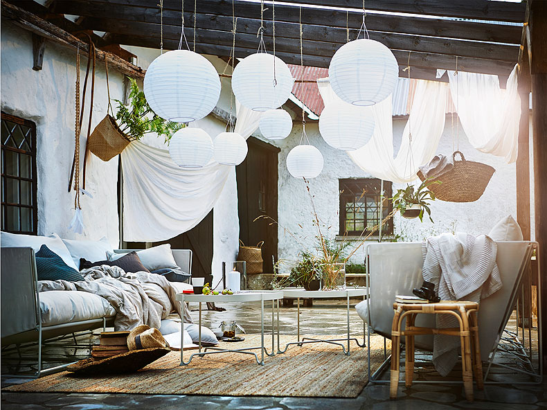 A summer siesta is welcome on most afternoons. Make your own heavenly spot with these white energy-efficient SOLVINDEN solar-powered pendant lamps. Serve refreshing drinks on the MASTHOLMEN side table or sink into the HALVESTEN two-seat sofa.