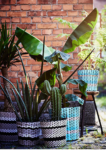 Just a few simple touches can give your outdoor party that festive feeling. The multicoloured SOMMAR 2018 plant pot will add style to your outdoor space. Choose from turquoise or a more natural beige. Find more flower pots and plant stands at IKEA.