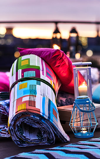 Grab a warm blanket for those chilly summer nights. The bright and colourful cotton SOMMAR 2018 fabric can be used as an outdoor picnic blanket, or use it indoors to add a splash of colour to your home décor. Add some mood lighting with the SINNESRO lantern for block candle, and you are set for a perfect evening.