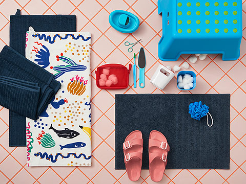 Want to start your morning off right? Sink your feet into this warm VOXSJÖN bath mat. IKEA has a variety of colourful bathroom accessories for the whole family. Check out the blue BOLMEN stool or the bright red FÖRFINA accessories bag.