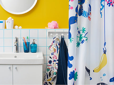 Splash into your own water paradise with bathroom accessories from IKEA! The LASJÖN shower curtain will lighten up your bathroom with playful patterns of corals and fish. The SVARTSJÖN soap dispenser and toothbrush holder mug are as blue as the sea.