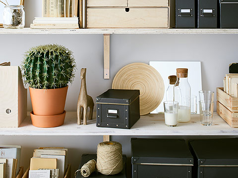 Display your collectibles, and hide what you want to hide with an organized arrangement. The dark grey FJÄLLA box creates a modern industrial look, but also helps keep things organized. At IKEA, we have products to keep your small space tidy.