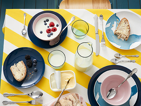 Spend the morning dining with friends! The bright yellow SOFIA meter fabric will brighten up any table. Don't forget the SKUREN cutlery, BEHAGA and FÄRGRIK side plates for an extra touch.