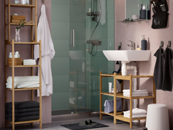 A beige and grey bathroom with RÅGRUND wash basin/corner shelf and shelving unit in bamboo.