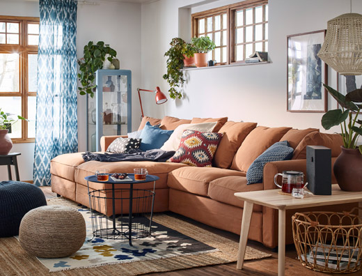 A cosy and warm beige, blue and brown living room with GRÖNLID 4-seat sofa with chaise longue in light brown.