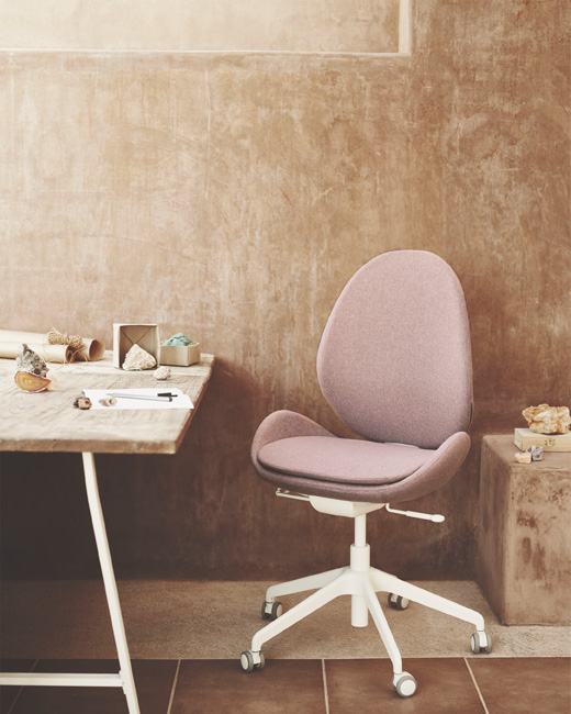 Let your workplace combine ergonomics and elegance with HATTEFJÄLL swivel chair – perfect for the home office.
