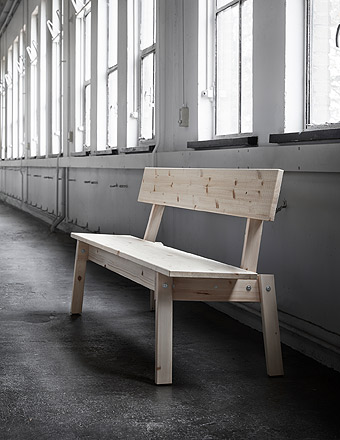 This INDUSTRIELL bench comes with a backrest and its natural finishing proudly displays all the knots and imperfections of the solid pine wood.