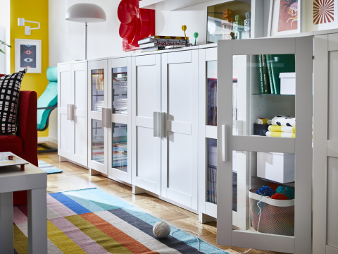 BRIMNES is a series of versatile storage units in basic modern design. Here combining doors with and without glass in a row of cabinets for a flexible solution, with the option to store things visible or not.