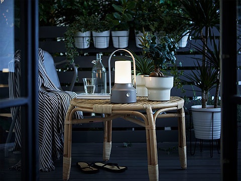 Enjoy your balcony or garden with IKEA SOLVINDEN LED solar-powered lighting lantern, which comes in a gray plastic outing and smooth aluminum power button. Its eco-friendly LED rounded solar panel converts sunlight into electricity.