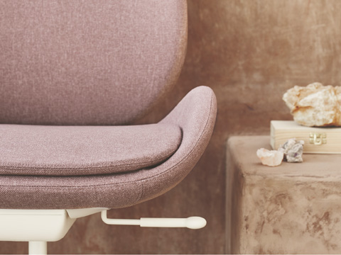 Elegance meets ergonomics in HATTEFJÄLL – finally a swivel chair that adds softness to your workspace, perfect for the home office.