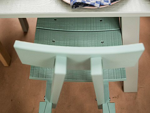The INDUSTRIELL chair shows all the imperfections of rough-hewn solid pine wood, even in this light grey-green colour.