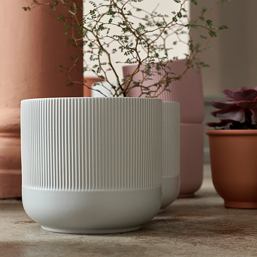 Give your plant room a makeover with these decorative pastel GRADVIS plant pots. Available in a smaller pink and a larger gray size, these earthenware pots have a ribbed surface.