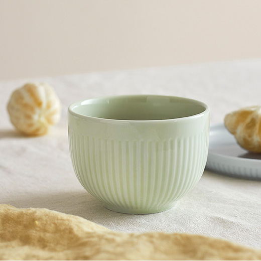 In pretty pastel tones, the MORGONTE bowl and plate set is a beautiful way to start the day... or serve snacks to guests. It even comes in a set of three different shapes and sizes!