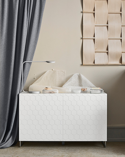 The BESTÅ storage system shown with the new VASSVIKEN door fronts with a hexagon pattern on a white background, which gives a modern three-dimensional effect.