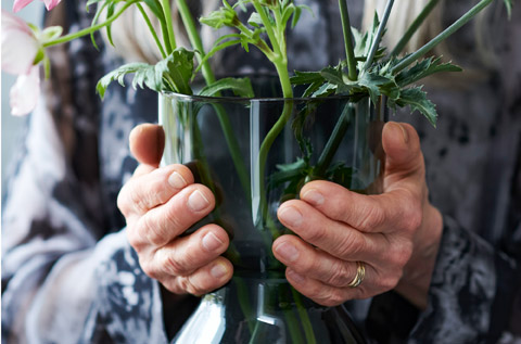 The OMTÄNKSAM vases are just as great for your hands, since they are easy to grip and handle, as for the stems.