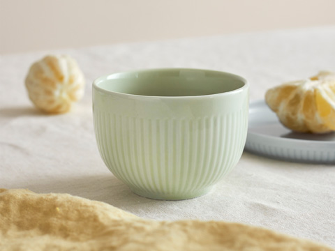 This porcelain MORGONTE set of 3 comes with two bowls in different sizes, and one plate. Available in complementing grey, pastel blue and green colours, they're perfect for breakfast or snack time.