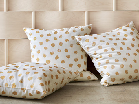Add some sparkle to your bedroom or living room with the SKÄGGÖRT cushion cover with fun golden dots. It's made of 100% cotton from more sustainable sources.