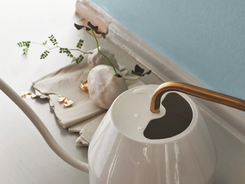 This elegant IKEA VATTENKRASSE watering can is decorative and functional. Made with carbon steel in an ivory gold-colour, it can be displayed alongside your plants.