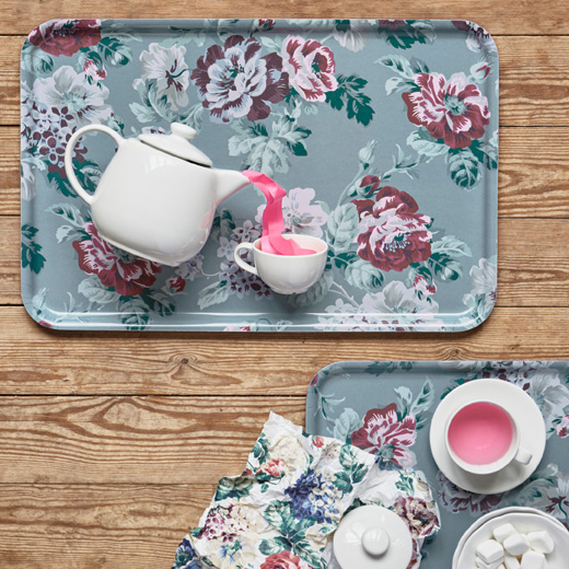 With the multicoloured floral pattern of SMAKSINNE tray from IKEA, you can bring a bouquet to any meal. Its rectangular shape has angled edges for a good grip.