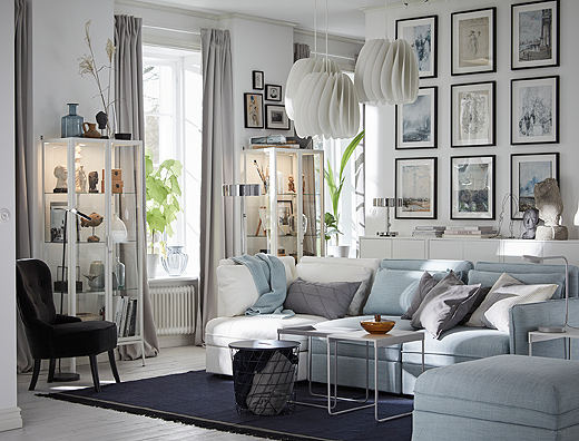 Combine IKEA VALLENTUNA modular sofa unit covers, like white and light blue to create a customised living room that suits your style. Arrange a gallery wall with HOVSTA frames and display your collection with MILSBO glass cabinets.