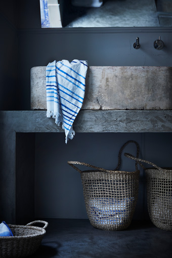 The TÄNKVÄRD spa towel with blue and white stripes has a rustic look that goes well with the seagrass baskets from the same collection.
