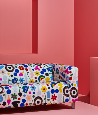 KLIPPAN sofa with a colourful and patterned FÖRNYAD cover, designed by Darcel Disappoints, shown in a pink room.