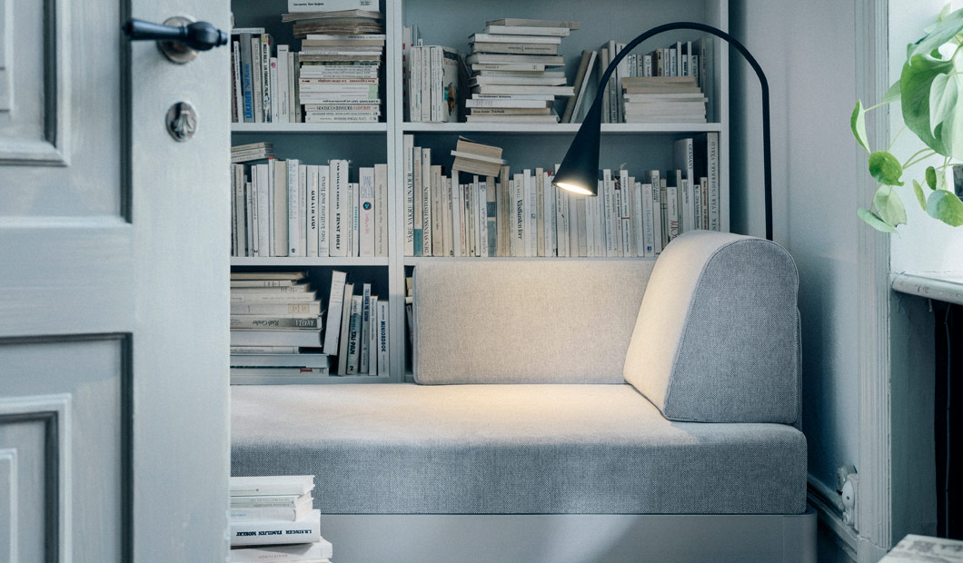 Do you want an IKEA product that is tailored to your style? The DELAKTIG 3-seat platform sofa series can be personalised to suit you. Add the side table and LED floor lamp. With its flexible head, you can turn it whichever way you please!
