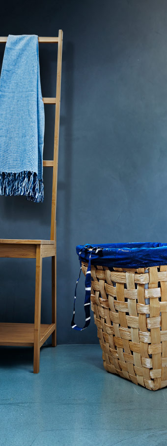 The IKEA INNEHÅLLSRIK collection icludes toiletries bags in dark blue and white.
