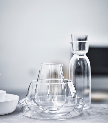 Display of glassware consisting of a carafe with glass, jug and bowls.