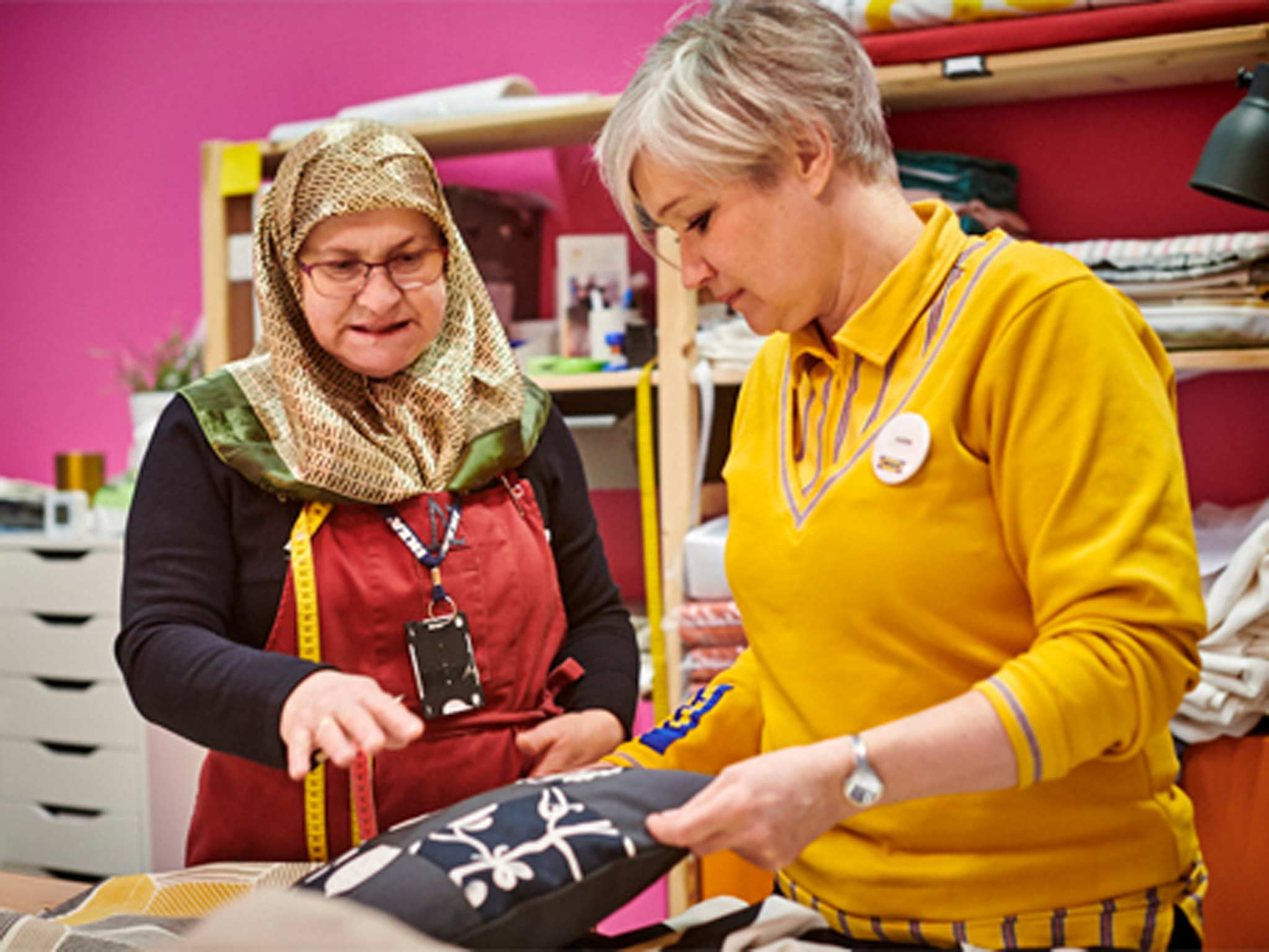 Yalla Trappan is a social initiative providing sewing service in the IKEA Malmö store, Sweden. Neire Kerimovska and Karin Wingren talk about a cushion cover.