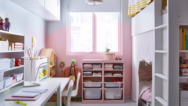 A small shared kids' room with a loft bed, an extendable bed, adjustable desks and lots of storage