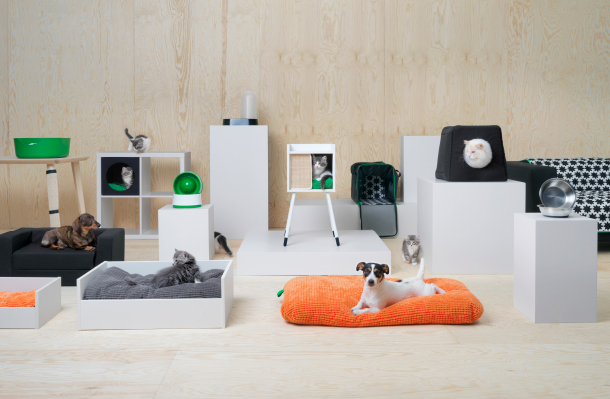 The new IKEA LURVIG series includes different products for both cats and dogs and here are displayed some. There are food bowls, pet beds, a cat house on legs, a KALLAX insert, travel bags, cushions and a lot more!