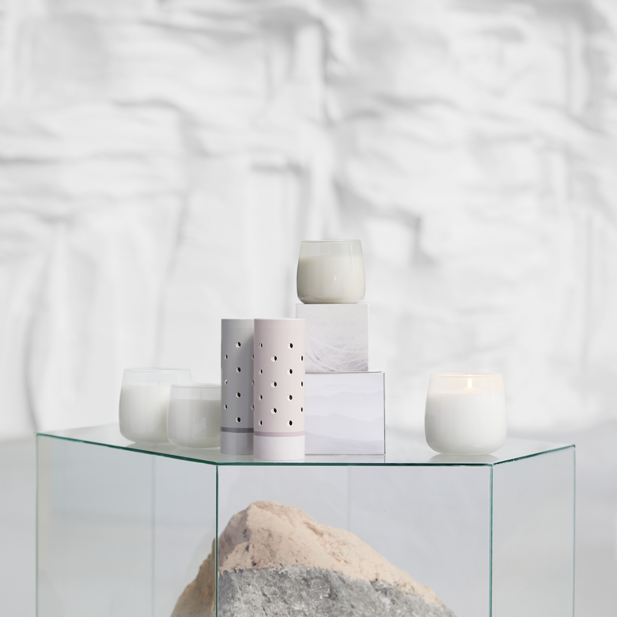 With IKEA FRISKHET scented containers you can refresh the air by filling it with a potpourri of sandalwood, cedar and vanilla. You can also choose the IKEA FRISKHET scented candles in glass with the fragrance of fluffy towels and sandalwood/vanilla satin.