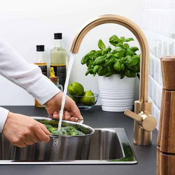 DELSJÖN Keukenmengkraan, messingkleur