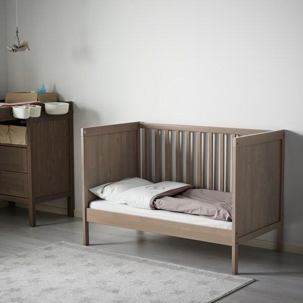 SUNDVIK Babybedje, grijsbruin, 60x120 cm