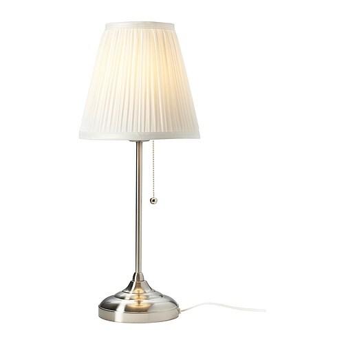 ÅRSTID Bordlampe IKEA Skjerm av tekstil; gir et mykt og dekorativt lys.