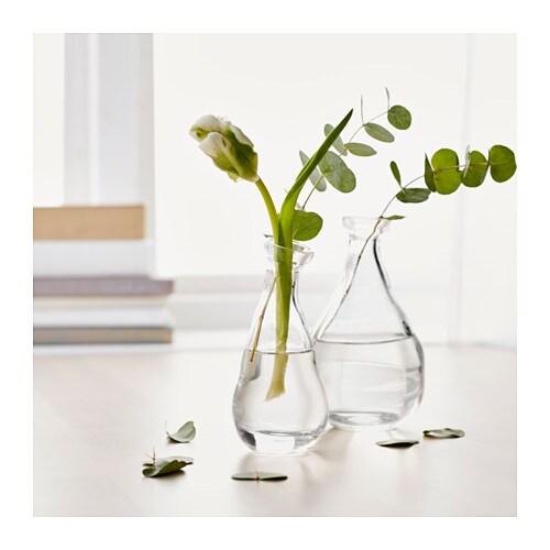VÅRVIND Vaser, sett med 2 IKEA Den spesielle formen gjør vasene dekorative både med og uten blomster.