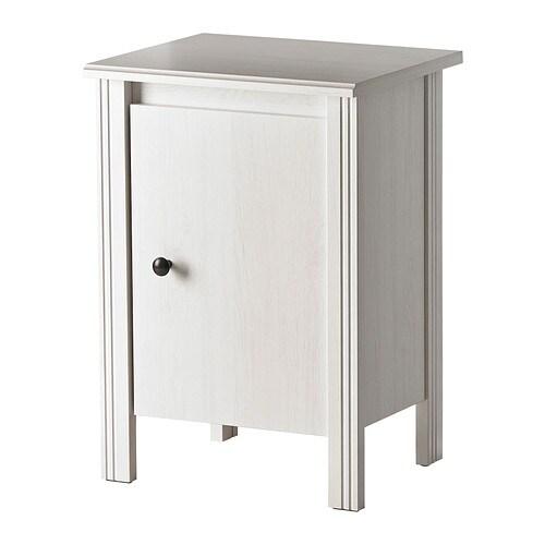 BRUSALI Stolik nocny IKEA Drzwi można zamontować po lewej lub prawej stronie W środku jest miejsce na rozgałęziacz do ładowarek.